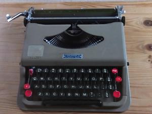 VINTAGE 1950s MANUAL TYPEWRITER
